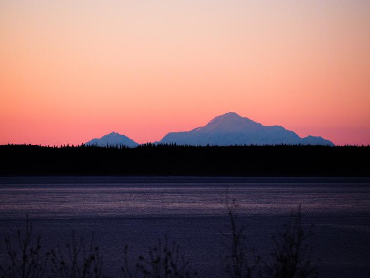 Góra Denali widziana z Anchorage na Alasce. Informacje Alaska.