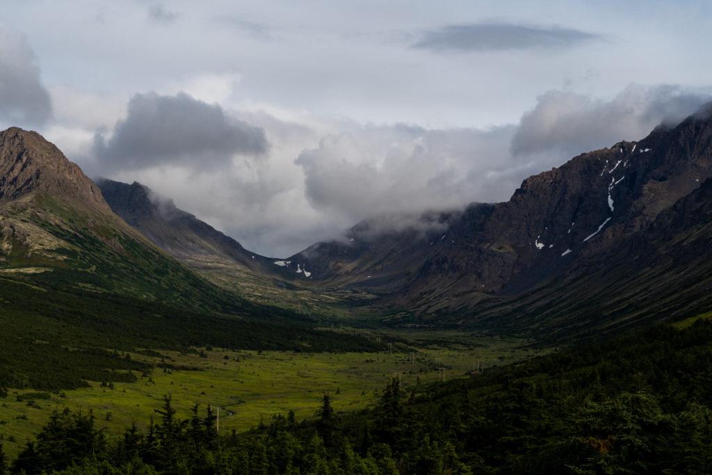 Widok na góry Chugach na Alasce.