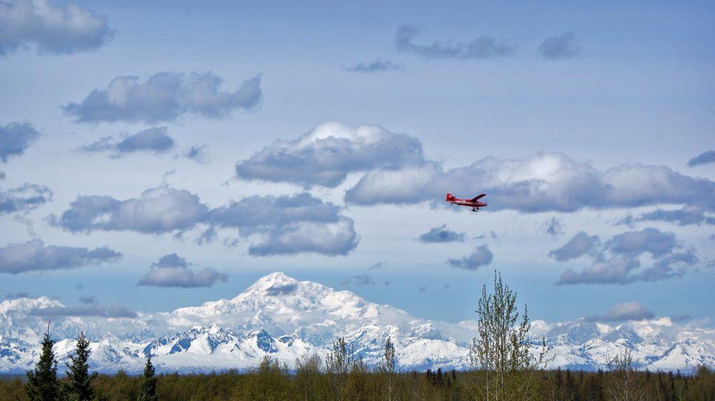 Widok na samolot lecący w kierunku góry Denali na Alasce - Wycieczka Alaska