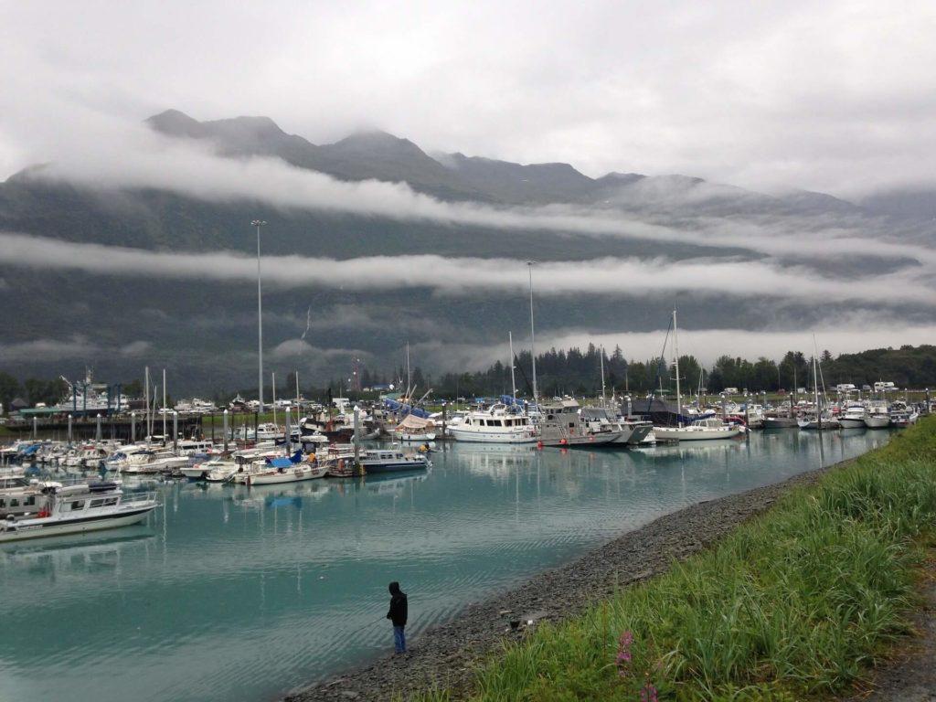 Widok na port w miasteczku Valdez na Alasce. Wycieczka Alaska